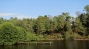 Le grand ponton de l\'étang de baignade