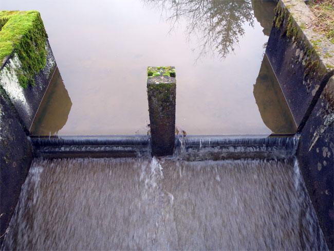 Le déversoir de l\'étang de baignade