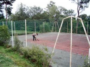 Clara nettoie le tennis