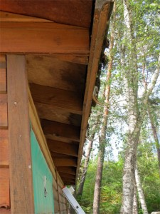 Les bords de la toiture sont bien abîmés