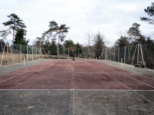 Un terrain de tennis dégagé