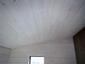 Un plafond avec lambris