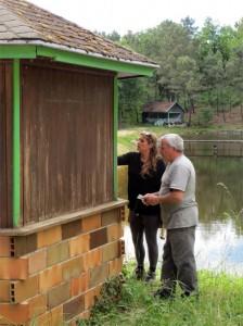 Françoise et Bernard sont concentrés sur la préparation du kiosque à glace