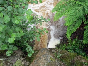 Une cascade vue d'en haut