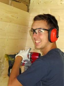 Victor adore le cloueur pneumatique