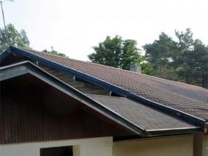 Notez bien la rive en très mauvais état au dessus du petit toit