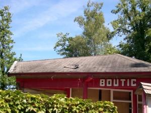 En 2011, l'accueil avait bien mauvaise mine avec ses trous dans la toiture