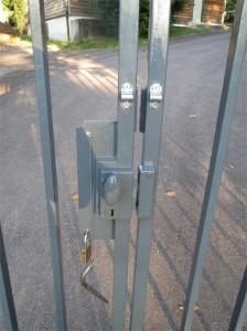 A l'arrière, une petite targette permet de bloquer le portail lorsque le cadenas n'est pas utilisé