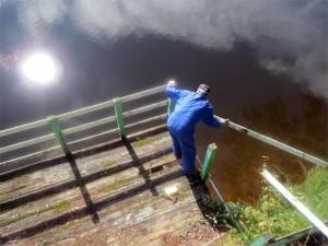 André en pleine action sur la terrasse du chalet N°25