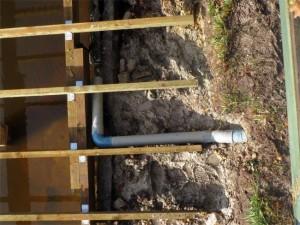 Un captage de source qui passe sous le chalet et sous le ponton
