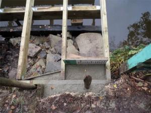 Un petit coffrage made in Fabrice pour tenir le côté gauche du ponton