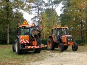 A gauche, le tracteur de Françoise avec l'épareuse