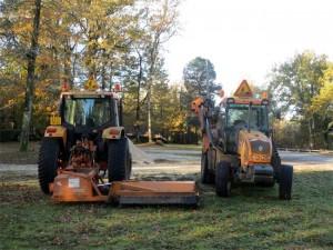 A gauche le tracteur de Stephan avec le broyeur d'accotement