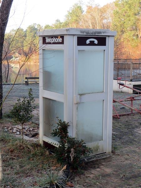 Une cabine téléphonique du siècle dernier