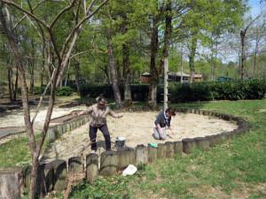 Anne et Ninette se chargent du bac à sable