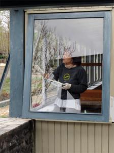 Anne, cachée derrière une vitre est également de la partie