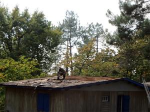 Fabrice attaque le démontage du toit abîmé