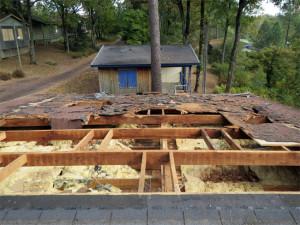 La vieille toiture est presque déposée