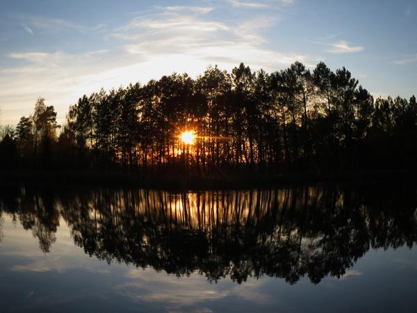 un coucher de soleil sur la cabane du pêcheur