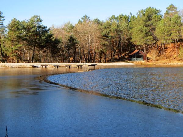 L'étang de baignade est à moitié gelé