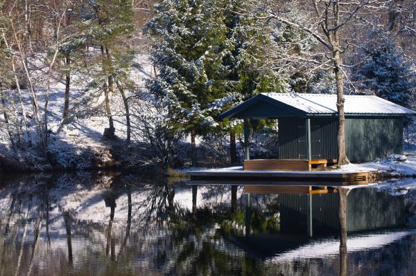 La cabane du pêcheur se reflète dans l'étang