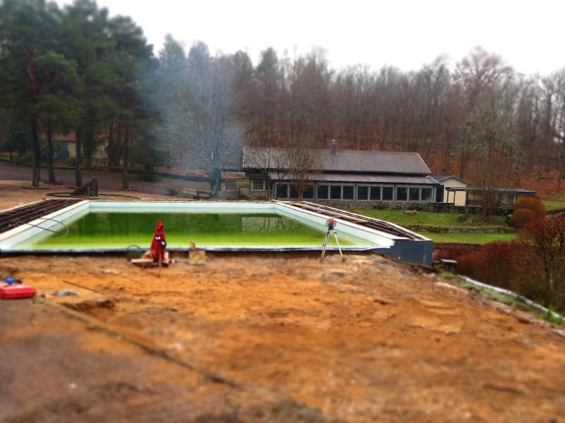 Un niveau laser s'est posé à côté de la piscine